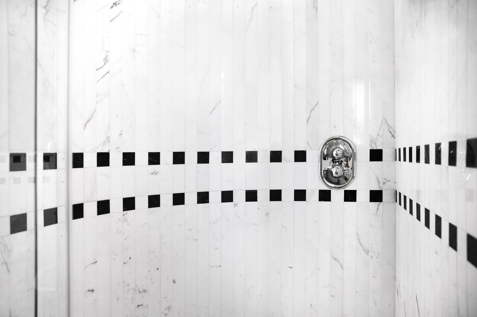 Bagno Bianco Carrara E Nero Marquina Lavandini In Marmo